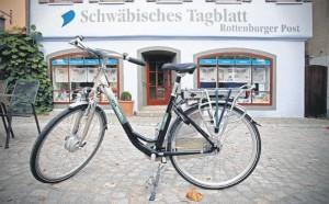 Dieses gefahrene Elektrorad (im Bild am Ziel in Rottenburg) ist nicht gerade sportlich, hat aber gezeigt, dass man mit einem Fahrrad mit Elektromotor so manche Autofahrt ersetzen kann.