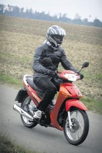 Der Auspuff täuscht nicht, diese Honda verbrennt Benzin – davon aber nur etwa zwei Liter auf 100 Kilometer.