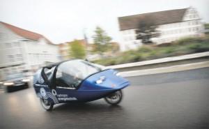 Mit dem Elektro-Dreirad Twike geht's flott durch den Kreisverkehr am Eugen-Bolz-Platz in Rottenburg – und alle gucken, was da leise rollt. Bilder: Mozer