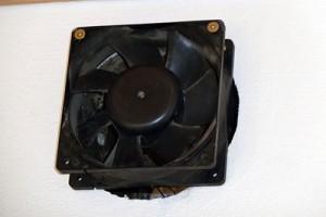 Ein alter Computerlüfter bläst Luft in den nächsten Raum. Dafür habe ich ein altes Kaminloch genutzt.