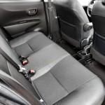 Hinten sitzt man leidlich gut. Für einen Kleinwagen ist das Platzniveau in Ordnung. Fünf Türen helfen beim Einsteigen. Foto: Toyota
