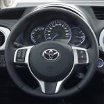 Ob Energie verbraucht wird, der Elektromotor zuarbeitet oder gar Energie gespeichert werden kann, erfährt man von der Energieanzeige links. Foto: Toyota