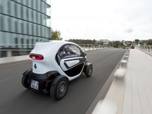 Mit Seitenscheiben wird das Mini-Elektroauto Renault Twizy etwas wetterfester - einer Heizung ist aber weiterhin nicht an Bord. Foto: Renault