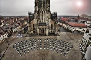 Beeindruckender Start des Carsharing-Projektes Car2Go in Ulm 2008 - gespannt darf man sein, wie sich die E-Smart vor dem Neuen Schloss in Stuttgart am Donnerstag machen. Foto: Daimler AG