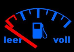 Womit bleibt der Tank länger voll, oder wenigstens am Ende der Geldbeutel geschont? Mit Benzin, Erdgas oder Strom? Foto: Gerd Altmann / Pixelio.de