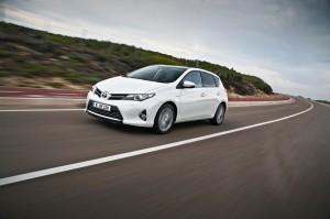 Der Toyota Auris ist ein Hybrid mit etwa 5 Litern Real-Verbrauch. Mitte 2013 soll eine Kombi-Variante folgen.